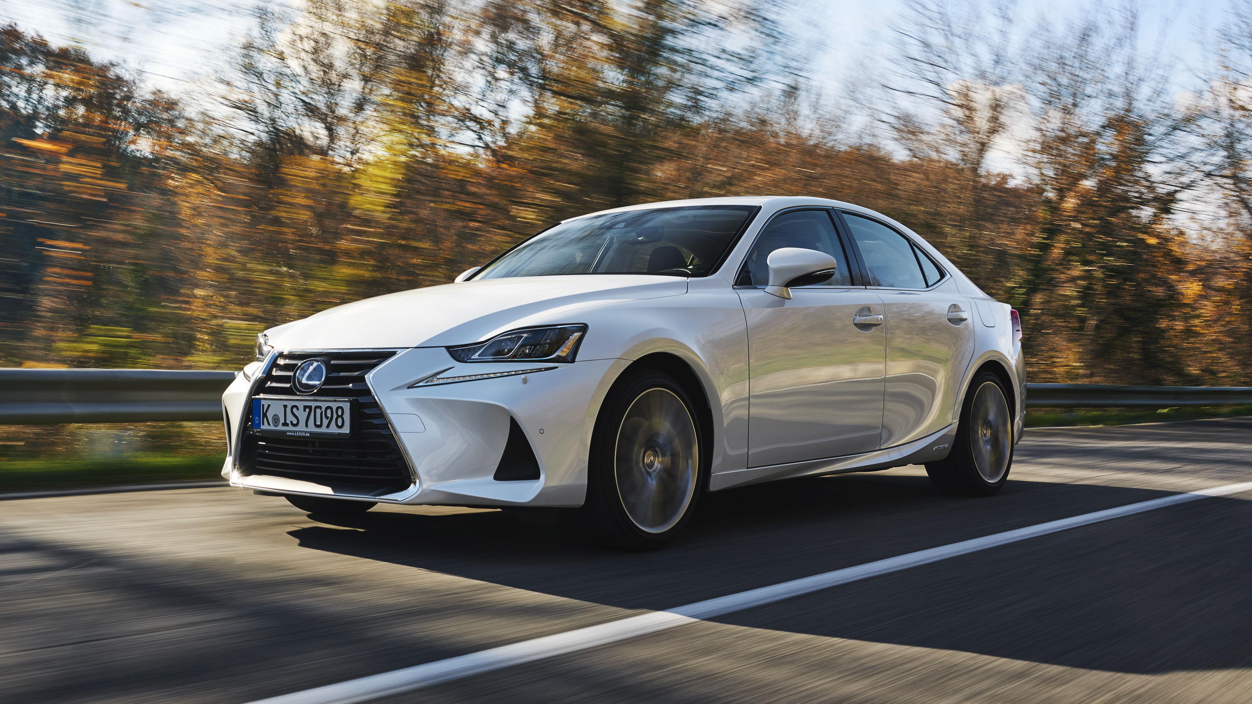 2017 Lexus IS 300h dynamic front quarter