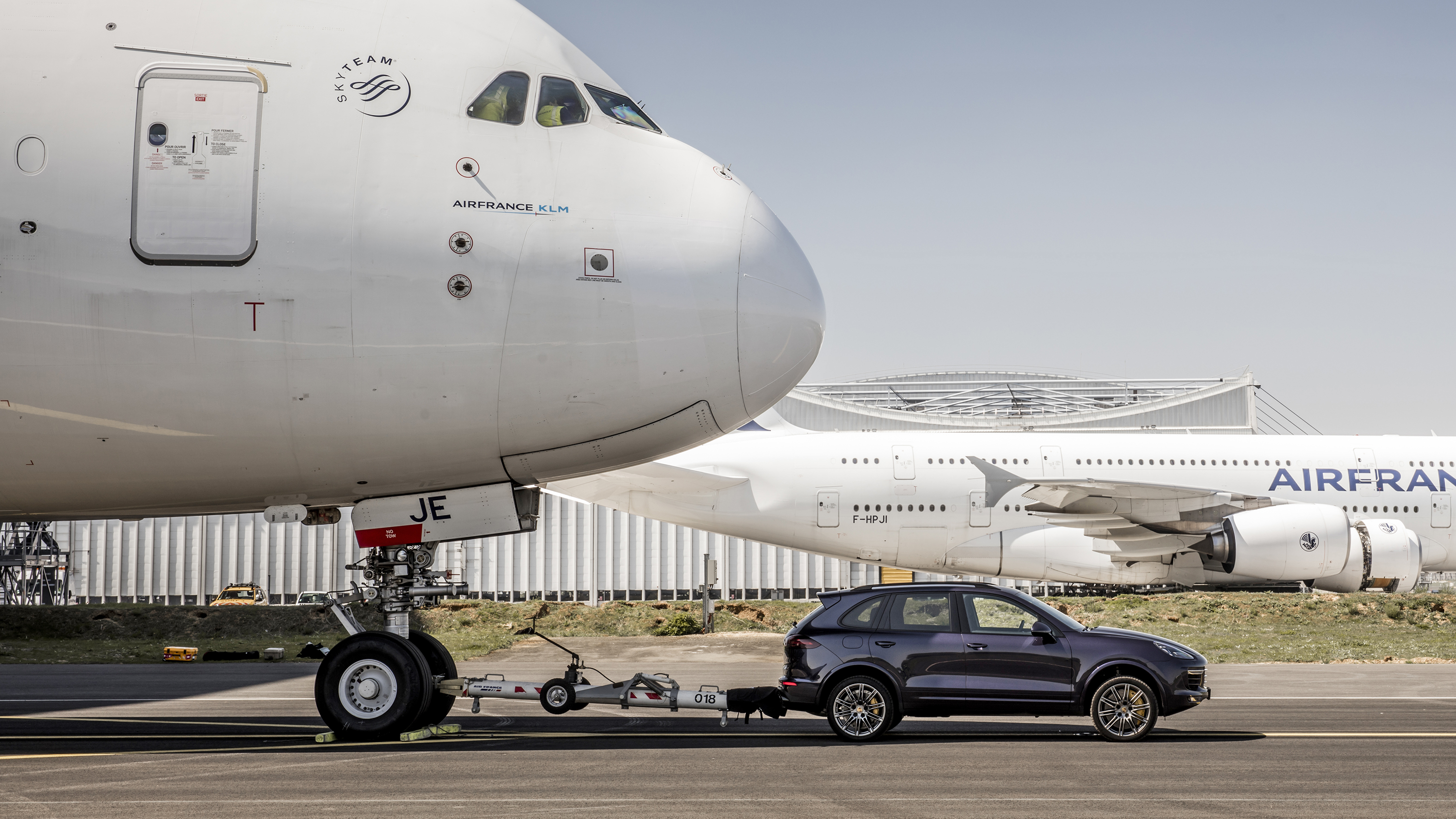 Porsche Cayenne towing Airbus A380 side
